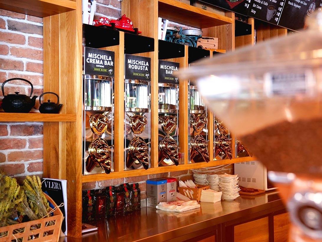 Kahve dükkanında kahve silolarının görünümü